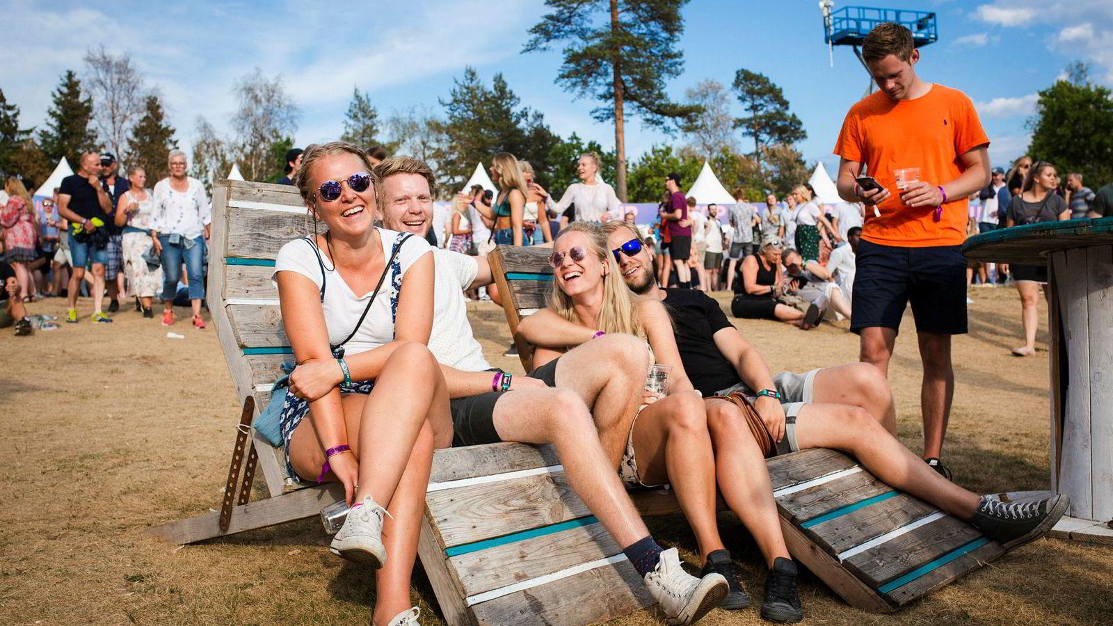 – Jeg tror ikke nødvendigvis jeg kommer til å bytte bank, sier Frida Hals (24) (til venstre), men legger også til at merkevarer som er til stede på festivaler fremstår hippe. Sammen med Kristian Andresen (26), Ida Steffens (26) og Fredrik Torgersen (27) besøker hun Stavernfestivalen og benytter seg av sponsoren DNBs stoler.