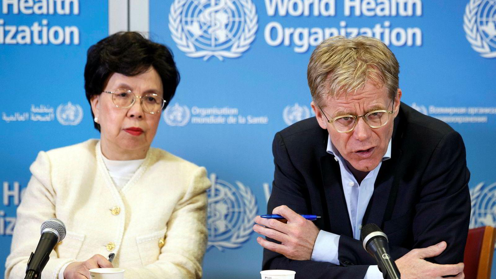 WHO og WHO-sjef Margaret Chan kritiseres for høye reisekostnader. WHO-direktør Bruce Aylward ( til høyre) slipper heller ikke unna kritikken.
