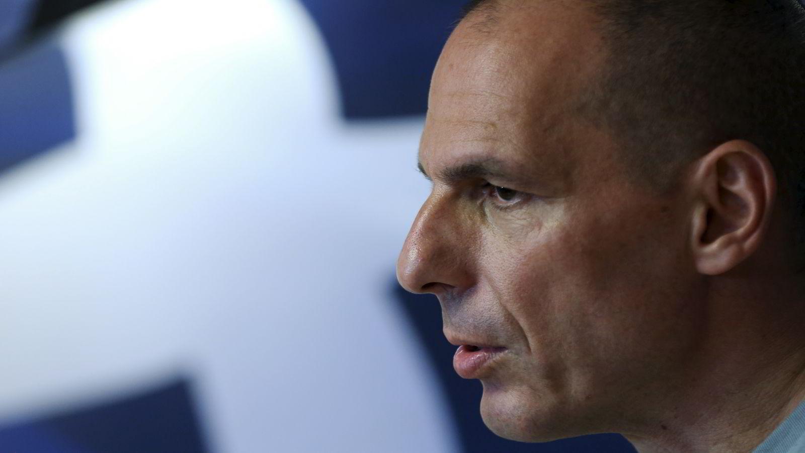 TREKKER SEG. Hellas' finansminister Yanis Varoufakis like etter folkeavstemningen søndag. Mandag morgen meldte han sin avgang. FOTO: Alkis Konstantinidis/Reuters/NTB Scanpix