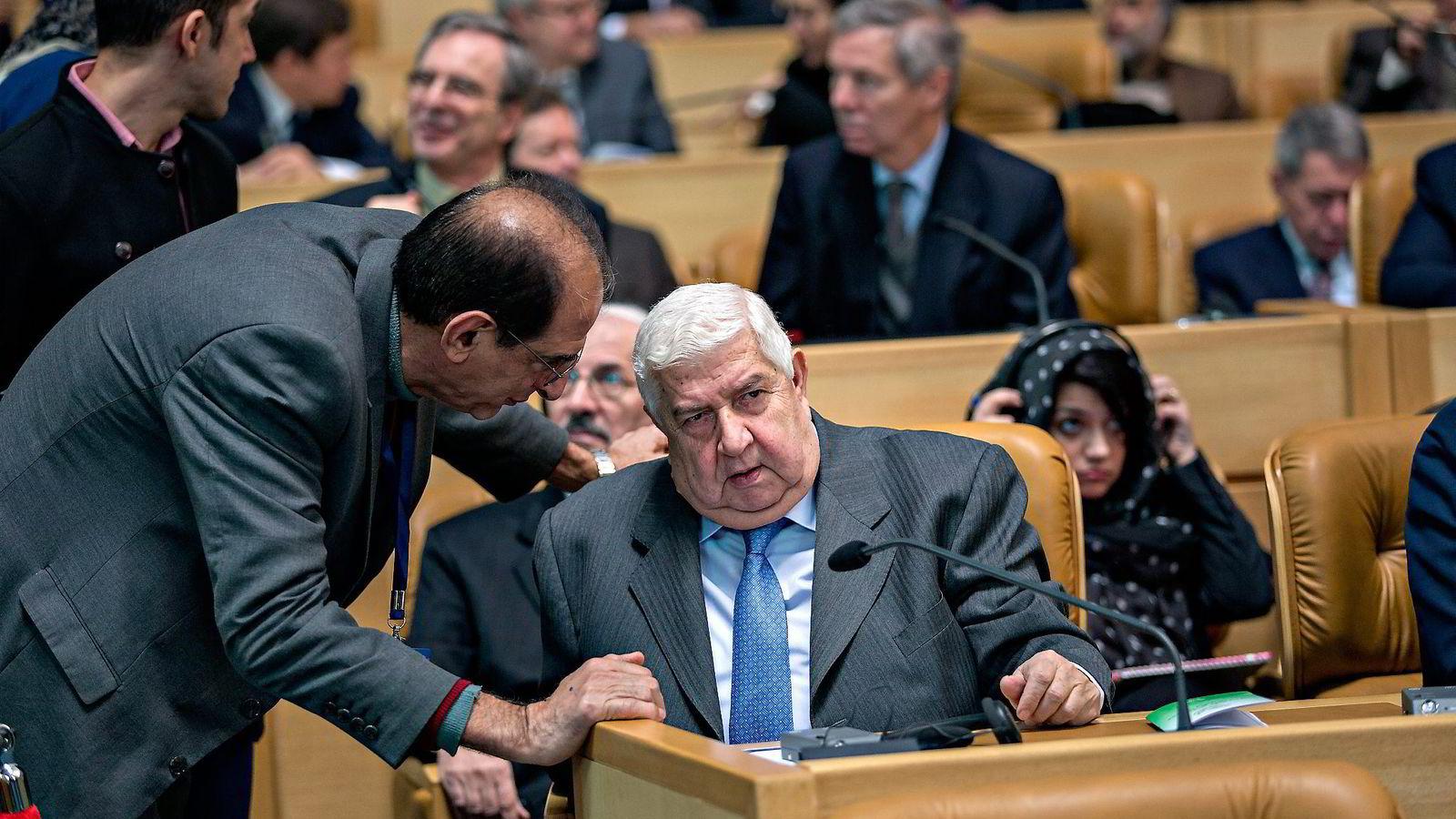 Vestlige land står bak finansieringen av ekstremistgrupper i Syria, ifølge landets utenriksminister Walid Muallem (sittende). Foto: Aleksander Nordahl
