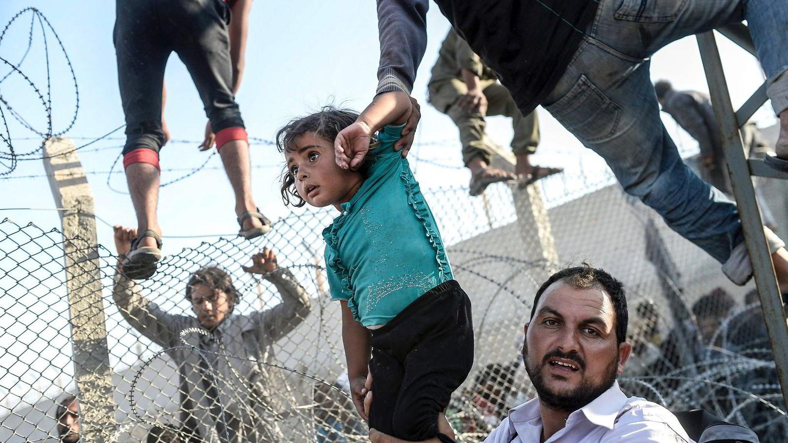 Migrasjonskrisen har satt Schengen og EU-samarbeidet på prøve denne høsten, skriver NUPI-direktør Ulf Sverdrup. Her fra den tyrkiske grenseovergangen ved Akcakala i Sanliurfa-provinsen. Foto: Bulent Kilic, AFP/NTB Scanpix
