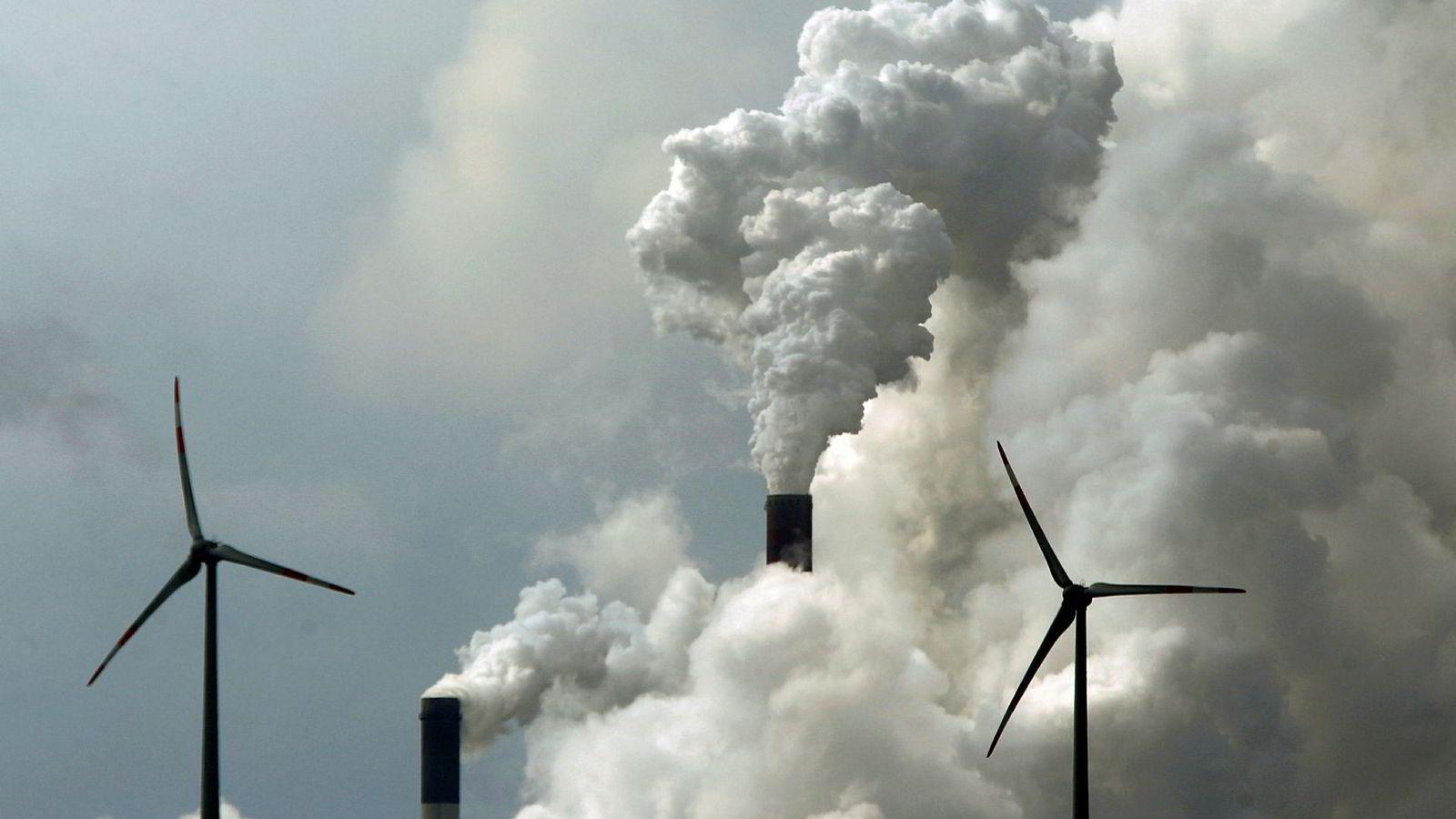 Både vindmøllene og det tyske kullkraftverket «Scholven» i bakgrunnen på dette bildet er med og påvirke de norske strømprisene.