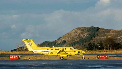 Flere ambulansefly er satt ut av drift i Nord-Norge siden slutten av april, grunnet mangel på piloter som har meldt seg ikke «fit for flight». Her er et av flyene til Lufttransport ved Ålesund lufthavn Vigra.