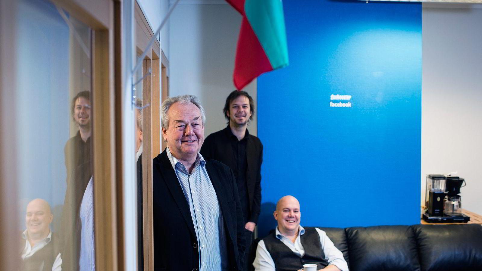 Familien Eggum eide frem til nylig 93,4 prosent av Fanbooster, men får nå blant annet Polaris Media med på eiersiden. Her Olav (fra venstre), Vegard og Erik Eggum. Foto: