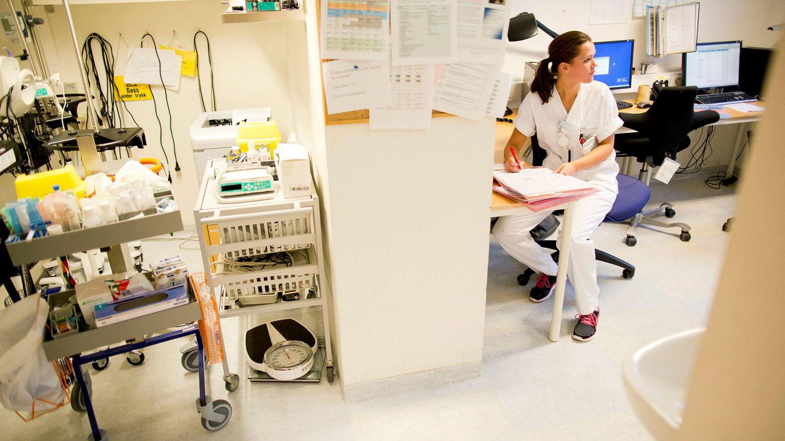 I et intervju uttalte noen sykepleiestudenter at de helst ville jobbe på sykehus fordi det er mer spennende. Så fulgte et annet intervju med en representant fra Norsk Sykepleierforbund, som i stedet raskt hevdet at det er lønnen som er for dårlig.