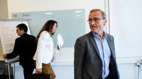 Administrerende direktør Lars Vorland på styremøte i Helse Nord sammen med konstituert styreleder Inger Lise Strøm.
