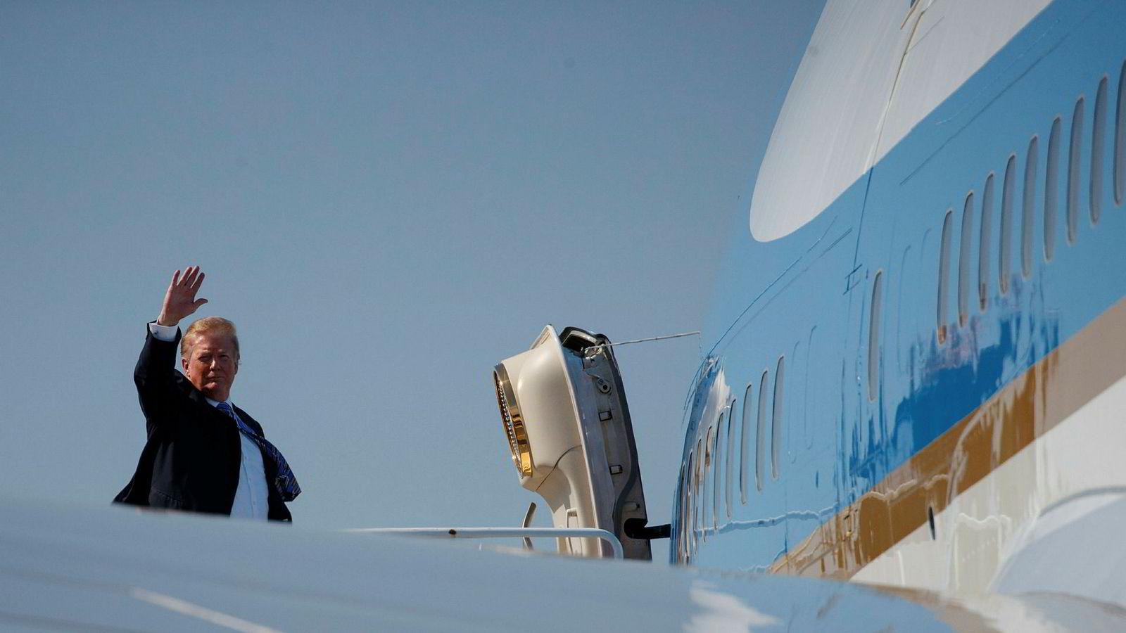 President Donald Trump flyr ofte, som her med Air Force One. Han har ingen formelle kvalifikasjoner innen luftfart.