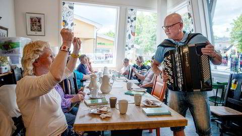 Sangglede. – Å spille for de gamle på Helsetunet på Skotterud noen ganger i måneden, gir stor glede, sier Jens Amundsen