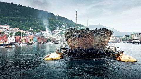 """Roald Amundsens polarskute """"Maud"""" vises frem i Bergen. Den er slept fra Grønland til Vollen i Asker."""