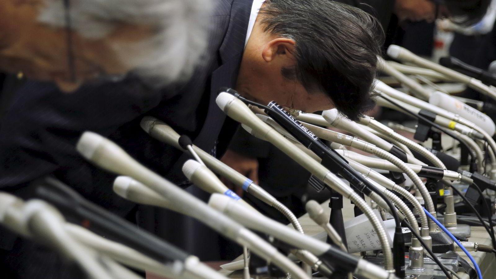 Mitsubishi-sjef Tetsuro Aikaw (midten) bukker dypt sammen med øvrige i toppledelsen på en pressekonferanse i Tokyo onsdag. Foto: Toru Hanai/