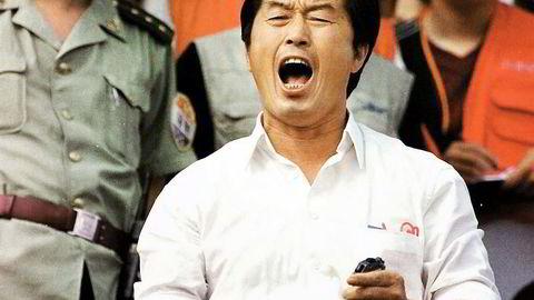 Stoppeklokkesyndromet. Den eksentriske kinesiske treneren Ma Junren holder tiden i begge hender under et treningsstevne i Jinzhou sommeren 2000, like før seks av hans utøvere ble fersket i en dopingtest under OL i Sydney. Dette skulle altså bli en av hans siste skrik til allmennheten. Foto: AFP / Sportasia / NTB Scanpix