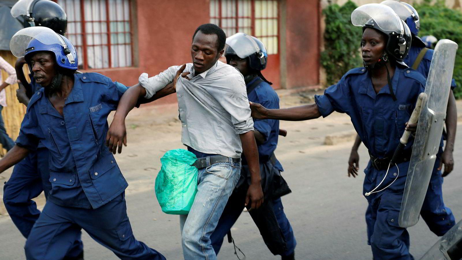 Sikkerhetsstyrkene i Burundi pågriper en mann. Landet har fått kritikk fra FN for menneskerettighetssituasjonen. Nå ber de organisasjonen stenge et kontor i landet.