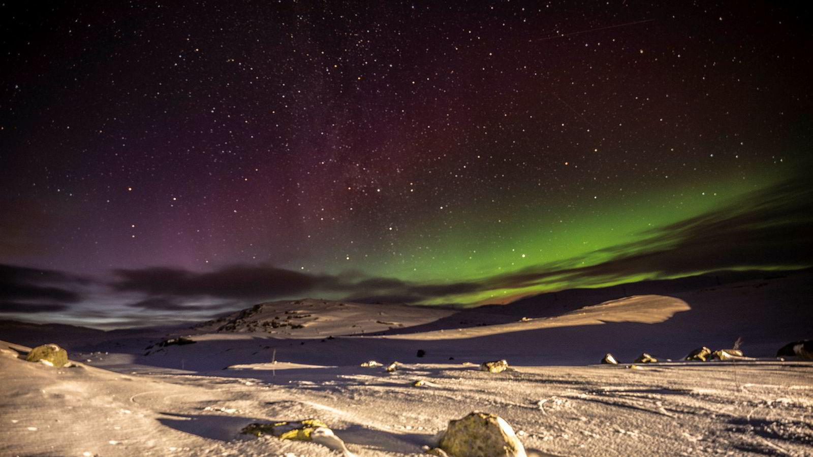 Det nye studiet gir trening i å lese stjernehimmelen. Her kaster nordlyset sin glas over Finsefjellet.