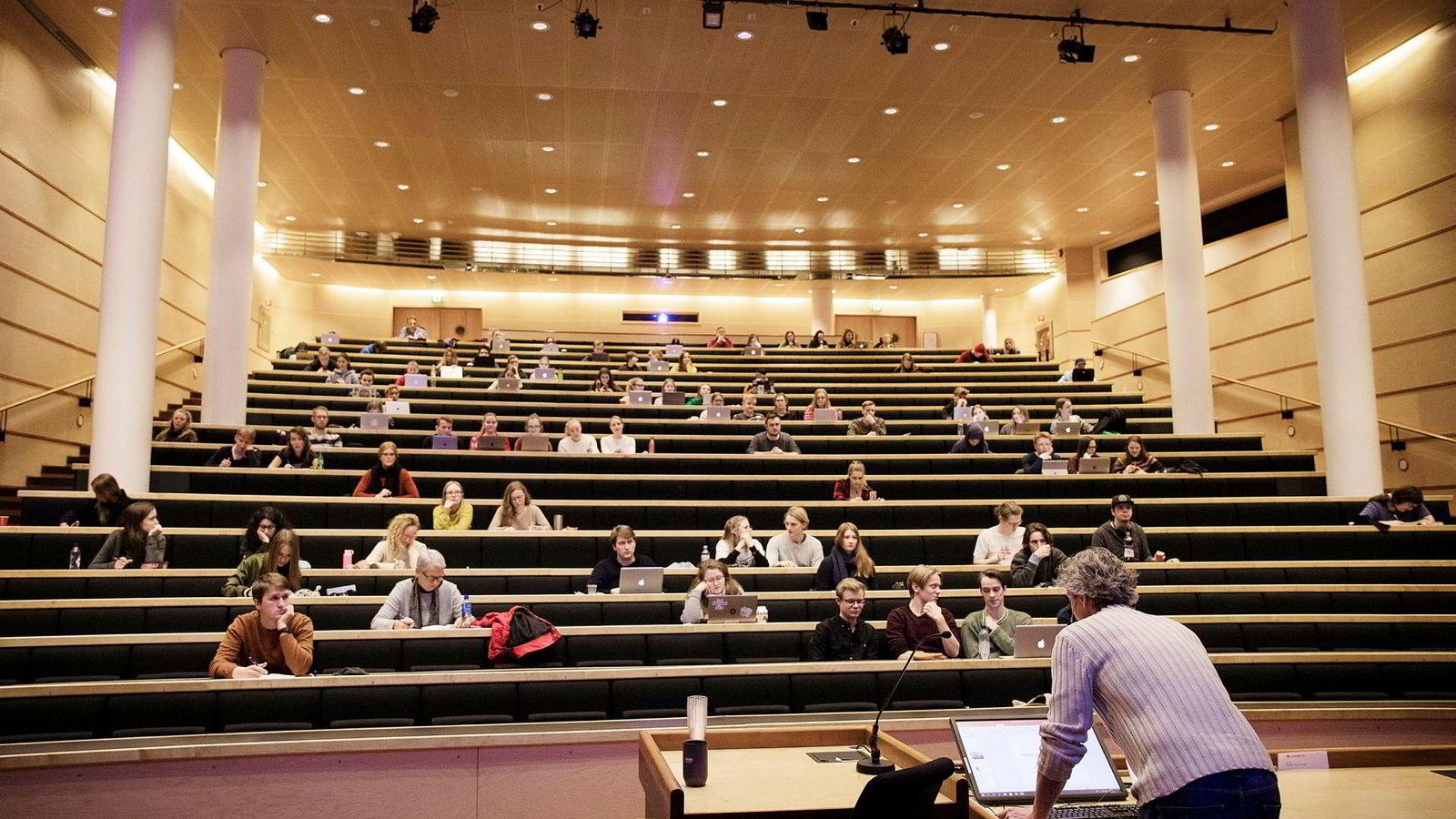 Halvparten av studentene ved Universitetet i Oslo får pengehjelp av foreldrene. Bildet fra en forelesning på Blindern.