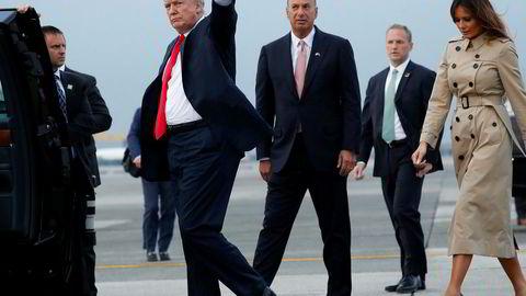 USAs president Donald Trump med USAs ambassadør til EU, Gordon Sondland (midten). Melania Trump til høyre.