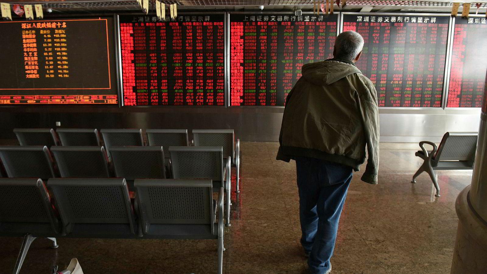 Kinesiske småinvestorer er blitt påført store tap i år. Nå forsøker myndighetene å stabilisere aksjemarkedet og skape ny optimisme. Nye tiltak skal sørge for at små- og mellomstore selskaper klarer å stå imot handelskrigen med USA.