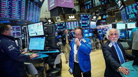 Wall Street gikk på en ny smell mandag. Her står tradere på gulvet på børsen i New York.