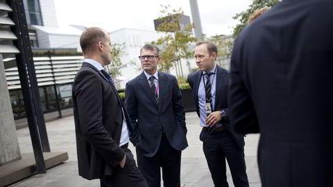 FMC-sjef Rune Thoresen (midten) ga de ansatte beskjed om nye kutt tirsdag. Her er han men Statoils prosjektdirektør Kjetel Digre (t.v.) og ansvarlig for Sverdrup-feltet, Torger Rød i Statoil, etter en ny kontrakt i september ifjor.  Foto: Tomas Alf Larsen