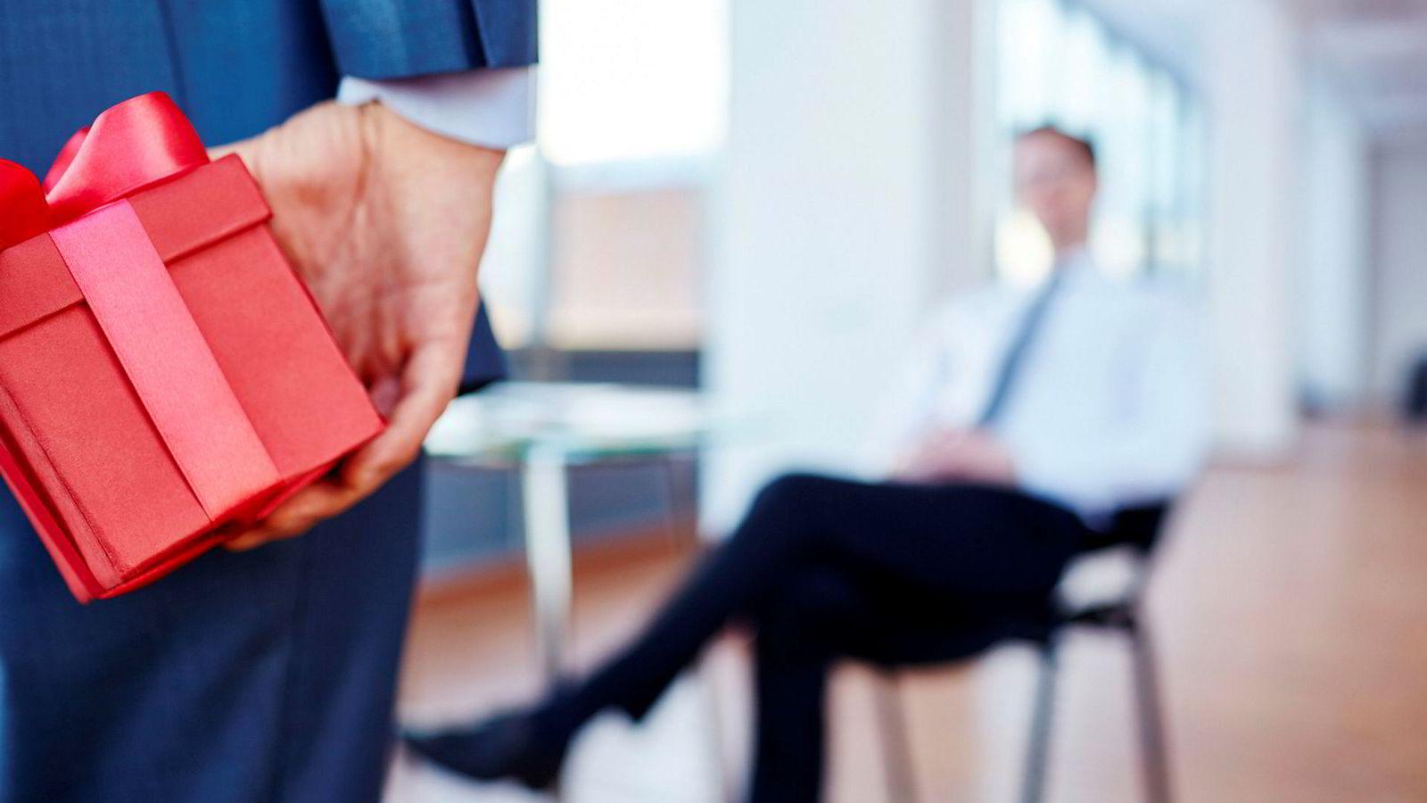 I snitt omsatte selgerne for dobbelt så mye når de ga en liten gave i forkant av salgsmøtet. Effekten var spesielt stor dersom selgerne møtte den som hadde ansvar for innkjøp – da økte salget med hele 300 prosent.