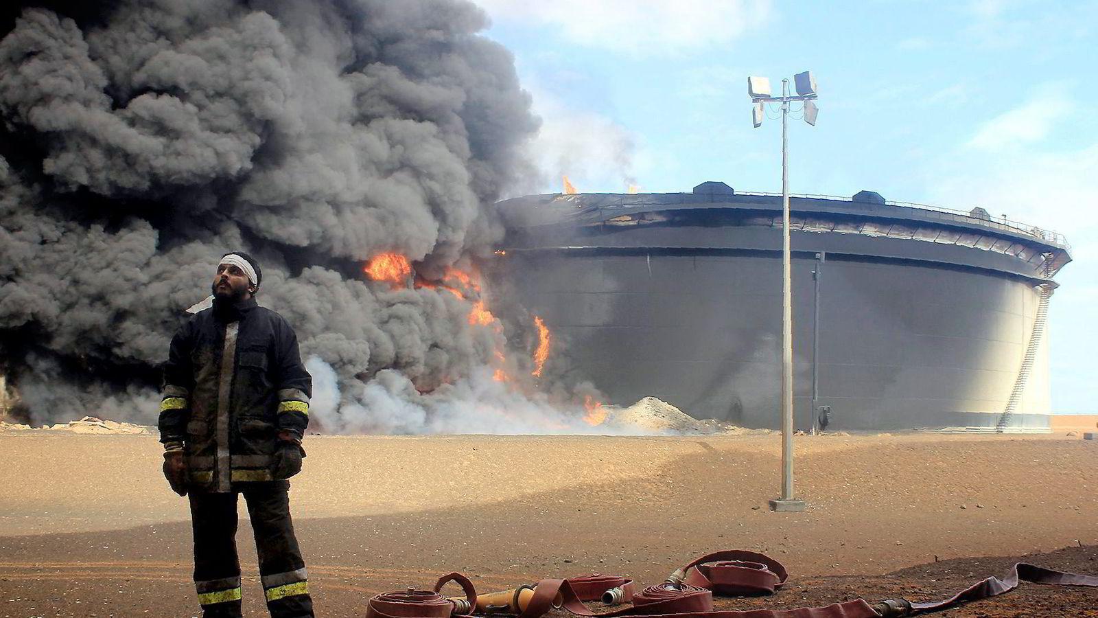 Terrorgruppen IS har gjennomført flere angrep på oljeinstallasjoner i Libya de siste ukene. Her en libysk brannmann foran en oljeinstallasjon i regionen Ras Lanouf etter at den ble angrepet og satt i brann av IS noen dager tidligere. Foto: AFP/Stringer