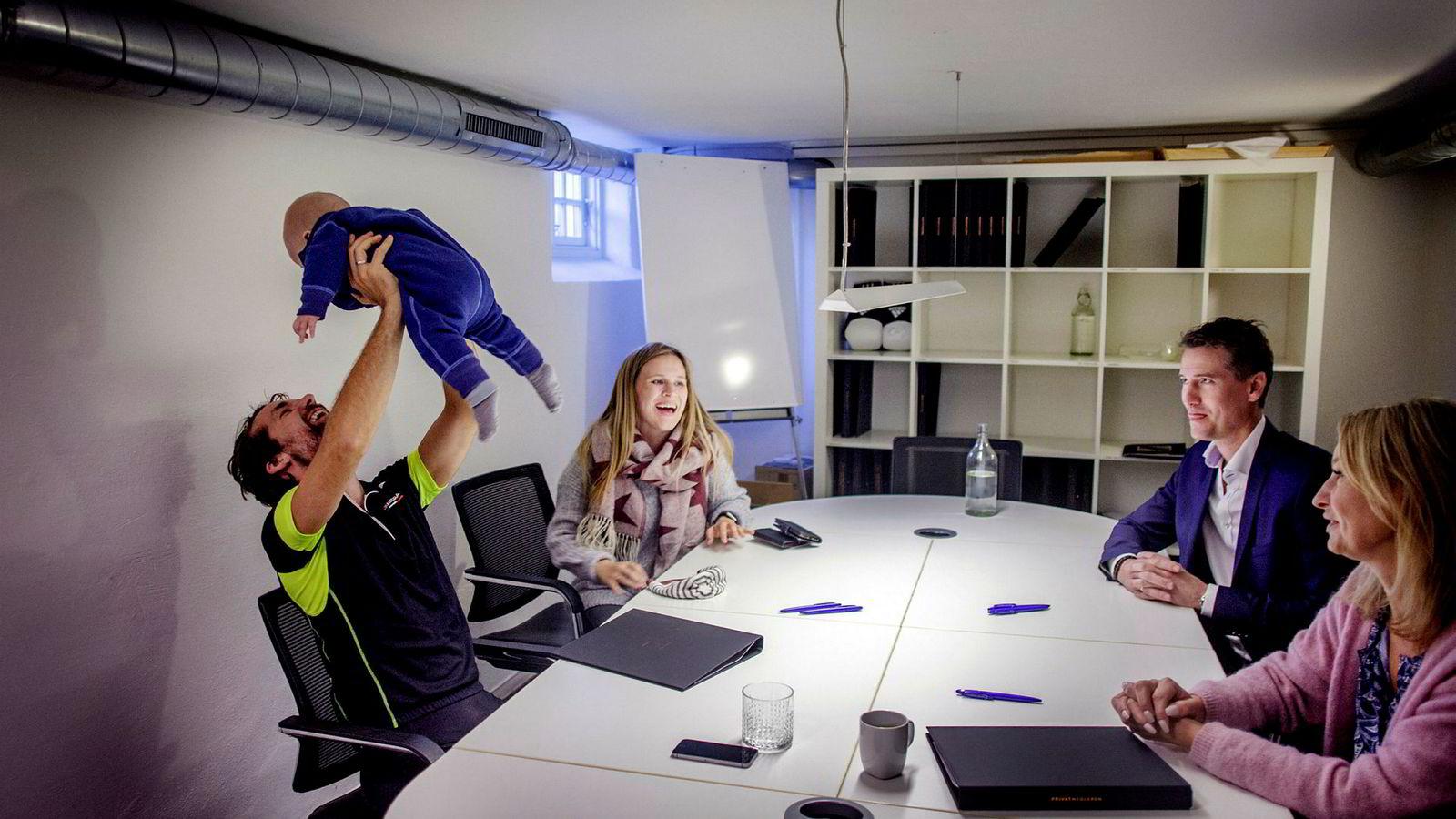 Eirik Horn-Forvik underholder sønnen Victor, som syntes kontraktsmøtet ble litt kjedelig etter hvert. Han og Maria Horn-Forvik skrev under salgskontrakten bare en halvtime før sentralbanksjefen annonserte høyere rente. Til høyre megler Carl Erik Solli og selger Anja Staalesen.