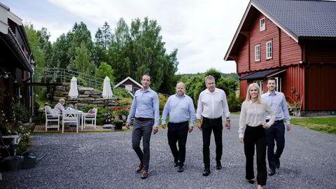 Fra en låve på Kolbotn utvikler Skye Consulting blant annet blokkjede for fiskeoppdrettsnæringen. Nå er it-selskapet kjøpt opp av EY. Fra venstre programansvarlig Kristoffer Engh, løsningsarkitekt Pål Christian Nilsen, administrerende direktør Lars Torp, applikasjonskonsulent Linn Marie Tønnesen Hansen og Haakon Bekkestad i Skye Consulting.