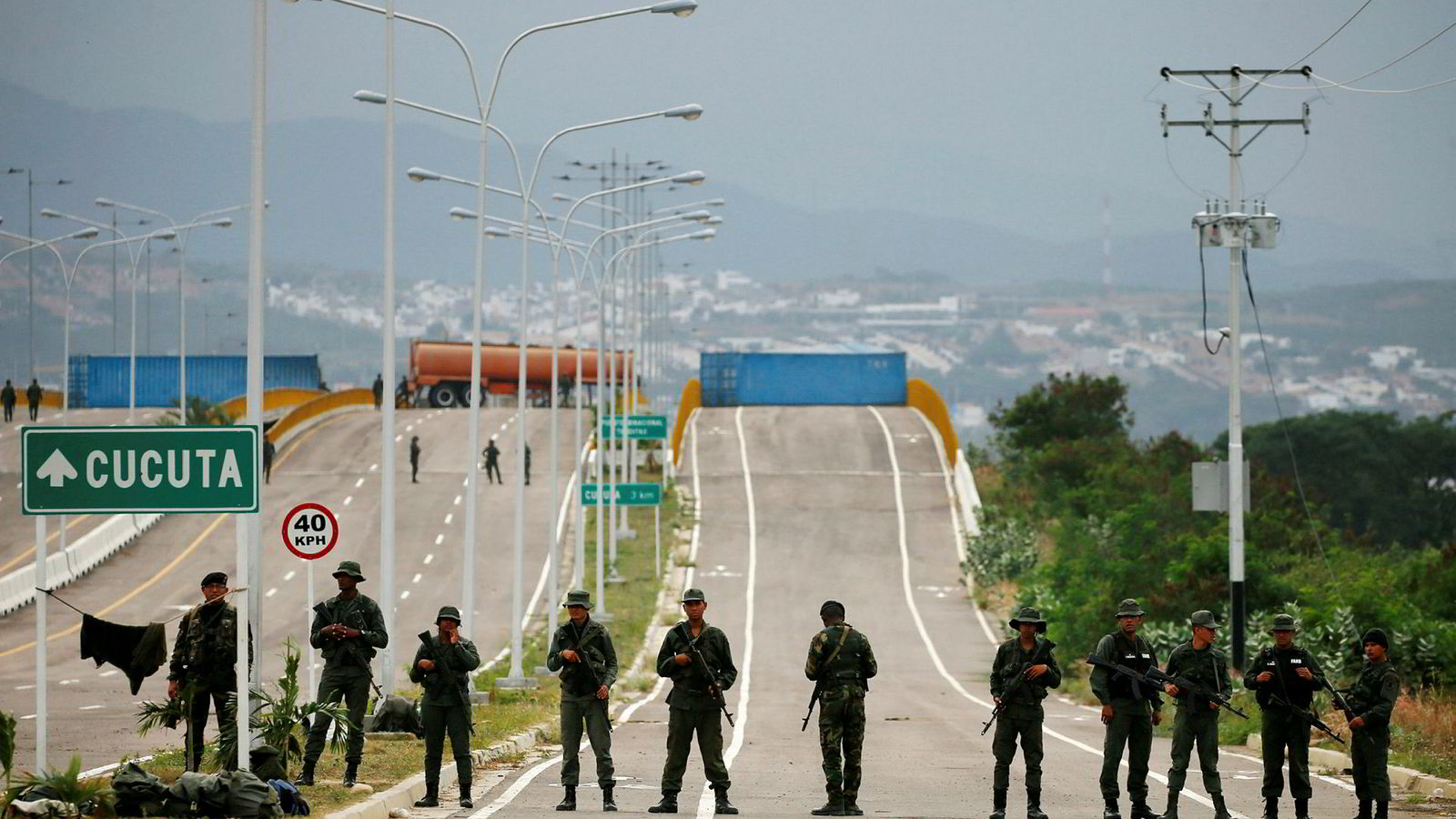 Det er fare for sammenstøt på grensen mellom Colombia og Venezuela lørdag, når opposisjonen vil prøve å få nødhjelp inn i landet. President Nicolás Maduros regime har stengt grensebroen ved byen Cucuta med store containere.