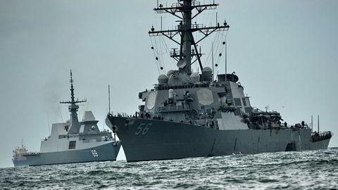 krigsskipet John S. McCain (til høyre) ble skjult for Donald Trump under hans besøk i Tokyo. Nå advarer Pentagon.