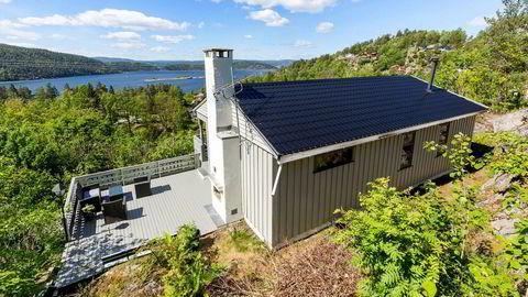Den 67 kvadratmeter store hytta rett nord for Drøbak har en prisantydning på 3,25 millioner kroner.