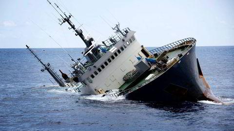 6. april i år sank tråleren «Thunder» utenfor kysten av Sao Tome og Principe, vel 250 kilometer fra det afrikanske fastlandet. Foto: Simon Ager / Sea Shepherd Global