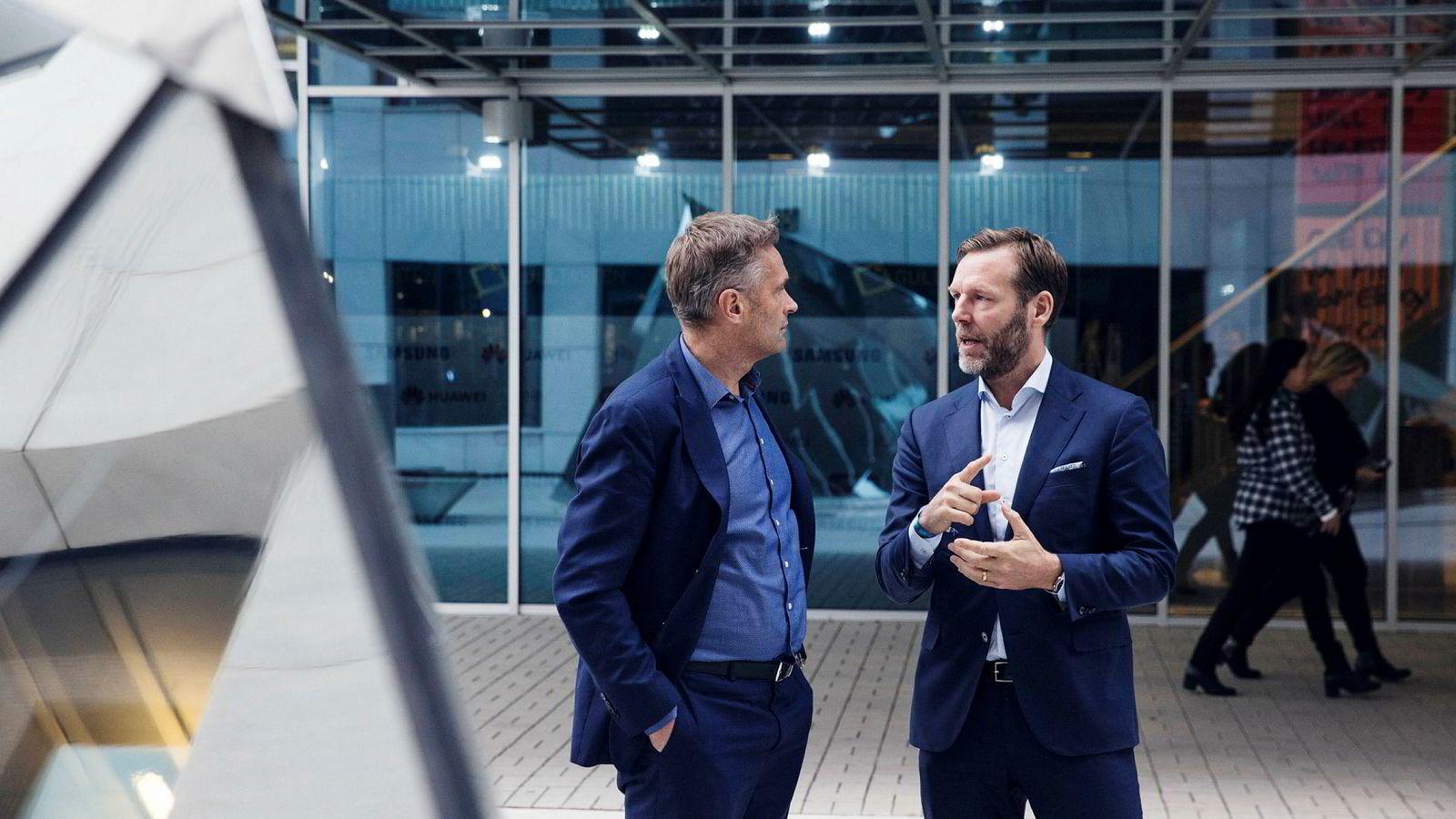 – Det er jo høyere inntekt per innbygger i Norge enn i de andre landene, sier konsernsjef Johan Dennelind (t.h.) i Telia om de høye prisene på datasurfing i Norge. Til venstre administrerende direktør Abraham Foss i Telia Norge.