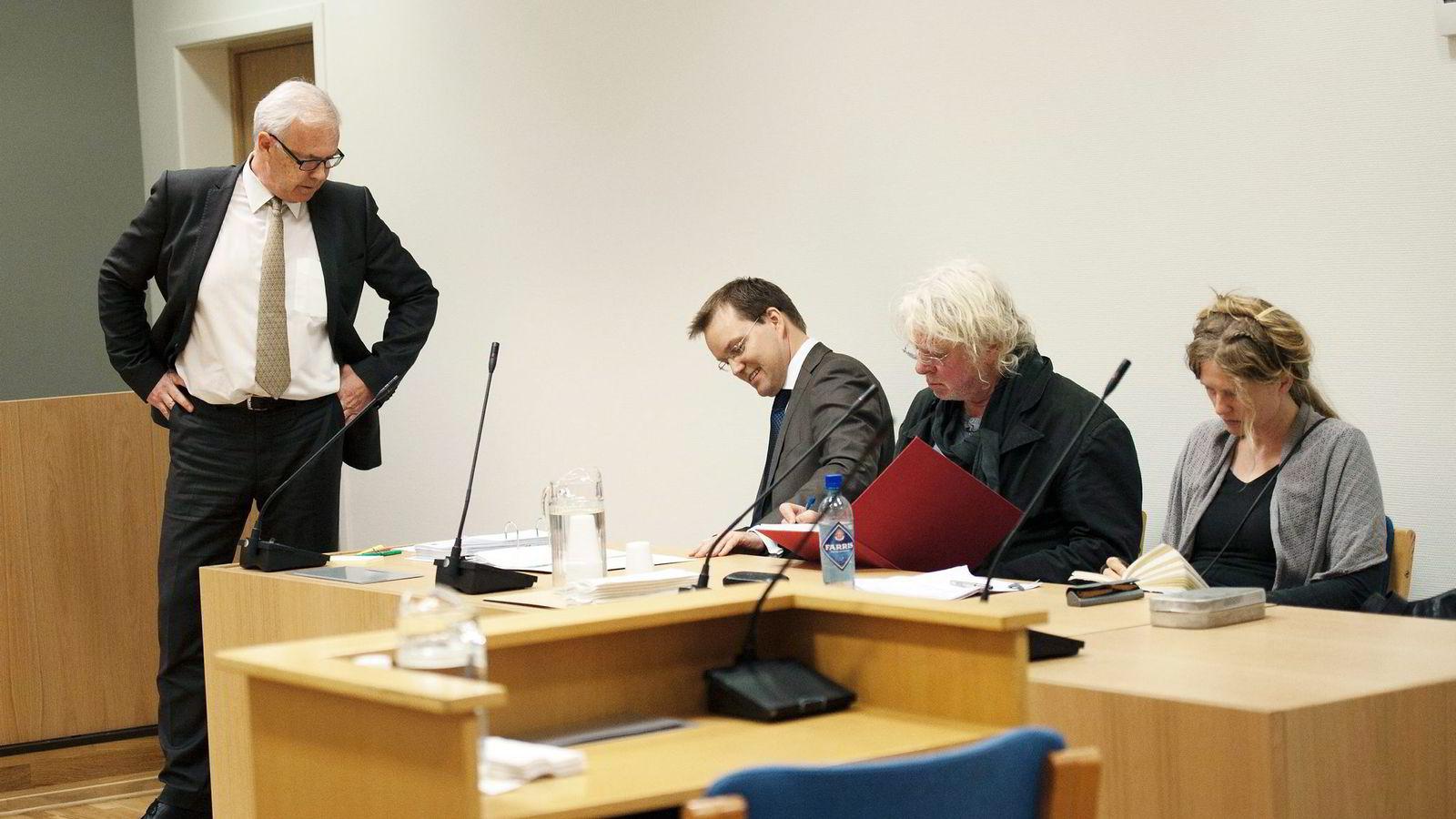 NY RUNDE. Odd Nerdrum er den saksøkte parten i saken. Her fotografert i Larvik tingrett med sin kone Turid Spildo og sin advokat Stein E. Hove. Til venstre Espen Komnæs, advokat for The Nerdrum Institute.