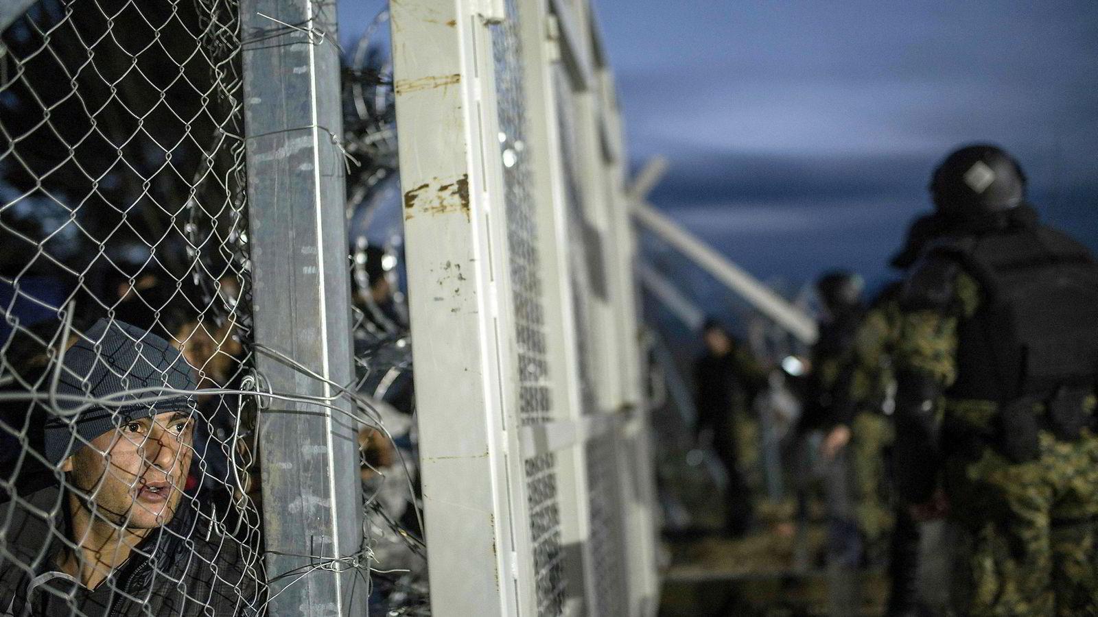 Menneskerettsloven av 1999 fastsetter at EMK og andre viktige menneskerettighetskonvensjoner går foran øvrig norsk lovgivning, sier forfatteren. Makedonsk politi passer på flyktninger fra Afghanistan bak inngjeringen ved den gresk-makedonske grensen. Foto: Robert Atanasovski/AFP/NTB Scanpix