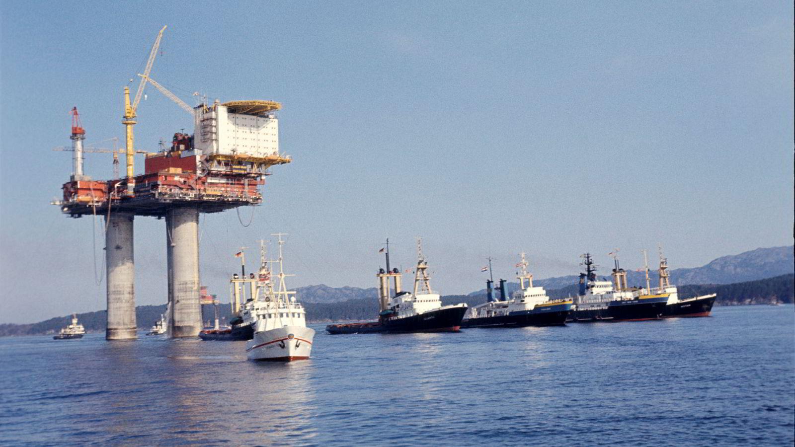 Oljeboringsplattformen Statfjord A slepes ut på feltet i Nordsjøen i 1977. I 2022 skal produksjonen stanses.