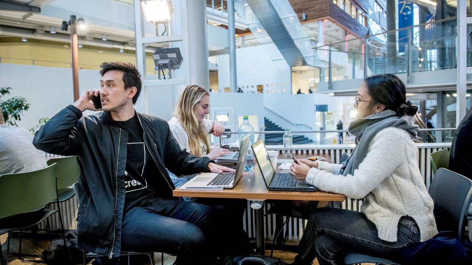 BI-studentene (fra venstre) Marcus Magnussen (22), Hedda Johannessen (24) og Lyra Jensen (22) prøver å la mobilen ligge mest mulig i eksamenstiden.