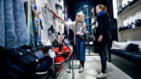 Butikkeier Sissel Lien (til venstre) har søndagsåpent 30 til 35 ganger i løpet av året. Myndighetene har hun ikke hørt noe fra. Her hjelper hun kunde Line Styrvold. Foto: Klaudia Lech