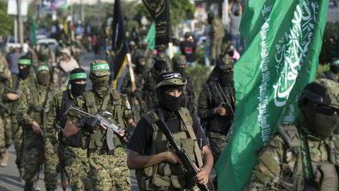 Palestinske militante fra Ezzedine al-Qassam-brigaeden, den væpnede delen av Hamas, marsjerer under en militærparade mot Israel i Gaza by tirsdag denne uken. AFP PHOTO / MAHMUD HAMS