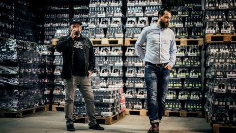 Daglig leder i Lervig Aktiebryggeri as Anders Kleinstrup (til høyre) og bryggerimester Mike Murphy mener produktene deres allerede er blitt gamle når de ankommer hyllene på Vinmonopolet.