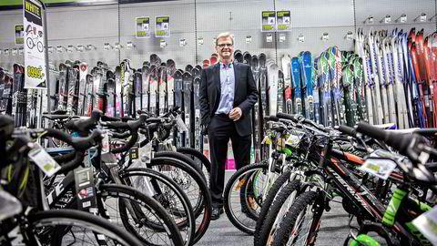 Tidligere konsernsjef Fredrik Steenbuch, her i XXL-butikken på Alna i Oslo, benytter kursfallet til å kjøpe seg ytterligere opp.