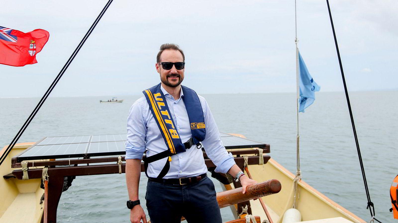 Under sitt besøk på Fiji seilte kronprins Haakon blant annet på en fijiansk tradisjonell båt, drua.