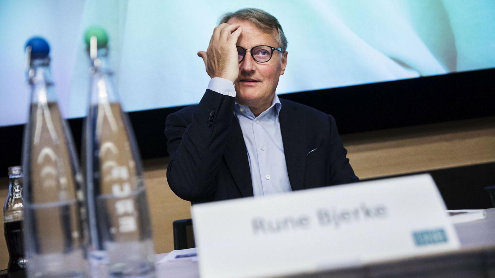 Konsernsjef Rune Bjerke i DNB har kuttet fondskostnader for kundene nå. Han skulle ha gjort det før.