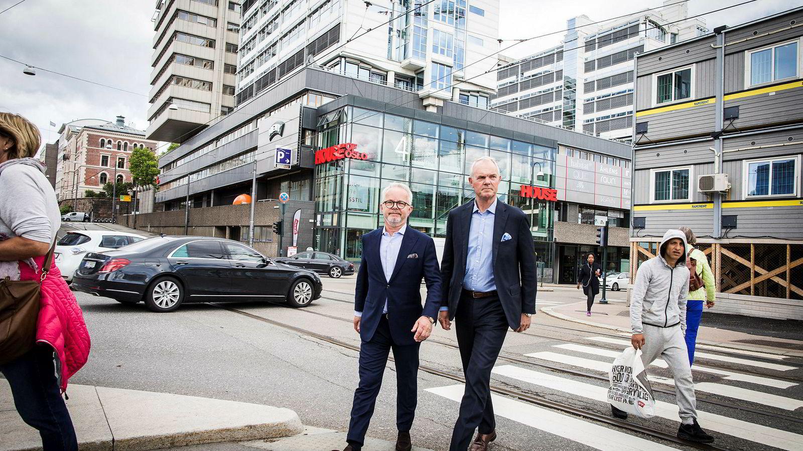 House of Oslo skal rives og bygges opp igjen i ny drakt. Truls Nergaard leder for Eiendom i Storebrand Kapitalforvaltning (til Høyre) og Gunnar Bøyum, administrerende direktør Aspelin Ramm.