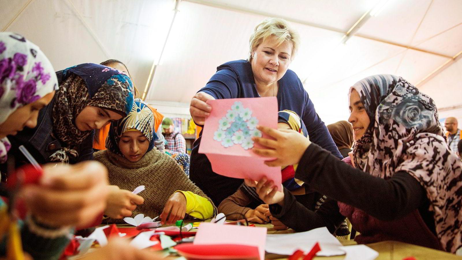 Artikkelforfatteren mener regjeringen bruker en ekstern krise til å gjøre raske gevinster i interne strider ved å kutte i deler av norsk bistand. Her er statsminister Erna Solberg (H) på besøk i flyktningleieren Zaatari i Jordan. Foto: Tore Meek,