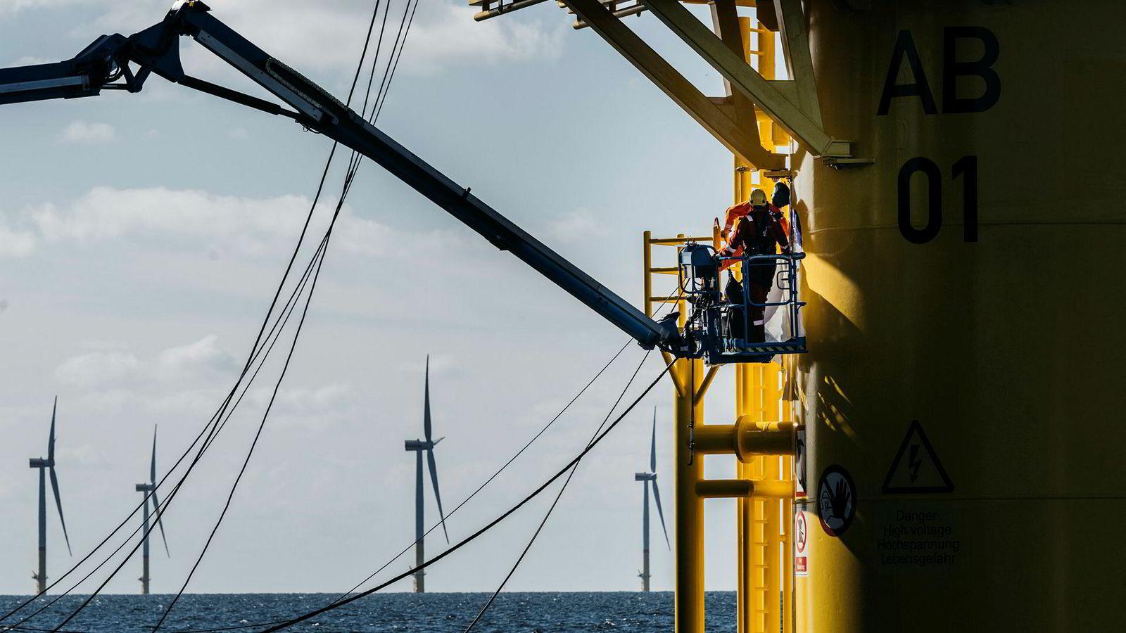 Arkona-parken koster 1,2 milliarder euro å bygge. Det er drøyt hundre meter fra vannflaten til selve turbinhuset. Her er to arbeidere i sving med sveisearbeid på en av vindmøllene.