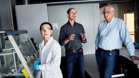 Kjemiker og polymerspesialist Minli Xie utvikler tetningsstoffer som toppsjef Jonny Haugen og operasjonssjef Svein Normann selger til Saudi-Arabia.