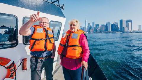 Equinor-sjef Eldar Sætre og statsminister Erna Solberg på befaring i New Yorks havnebasseng for å se på området som skal oppgraderes til havn for vindmølleparken som Equinor har fått i oppdrag å sette opp utenfor kysten.