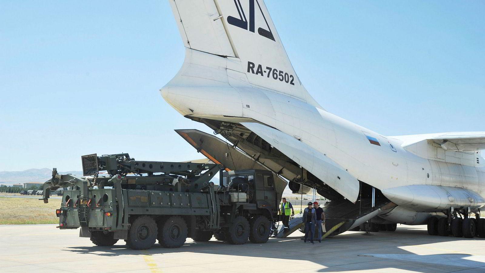 Russland leverte forrige uke en ny forsyning av luftforsvarssystemet S-400 til Tyrkia. Det er dårlig nytt for Nato.