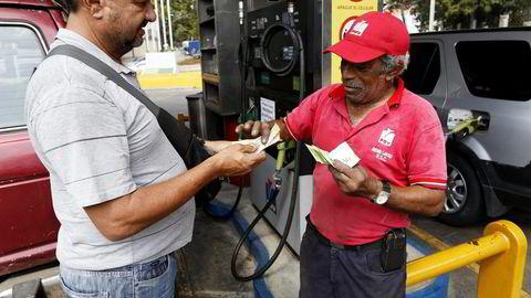 I Venezuela er subsidiene til bensin og strøm en større budsjettpost enn utdannelse og helsetjenester. Foto: Marco Bello/AP/NTB Scanpix