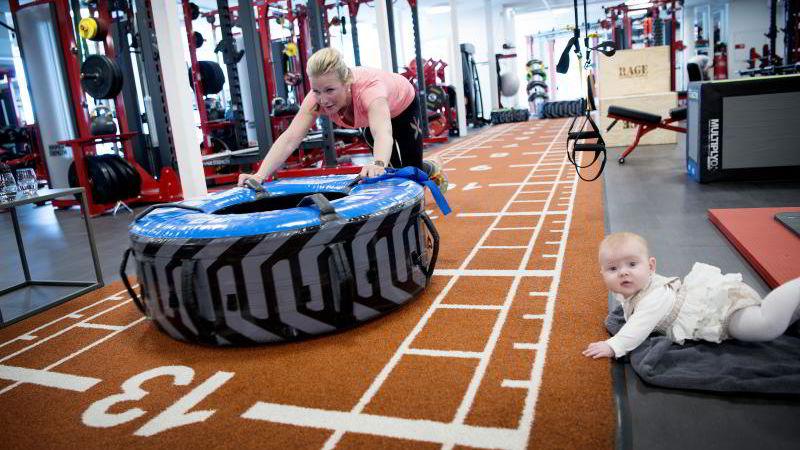 Stina Braathen (41) og datteren Jenny Karlsen (5 mnd) på trening hos Hild-Elin Hjelmeland ved Jobbsprek på Aker Brygge. Foto Mikaela Berg
