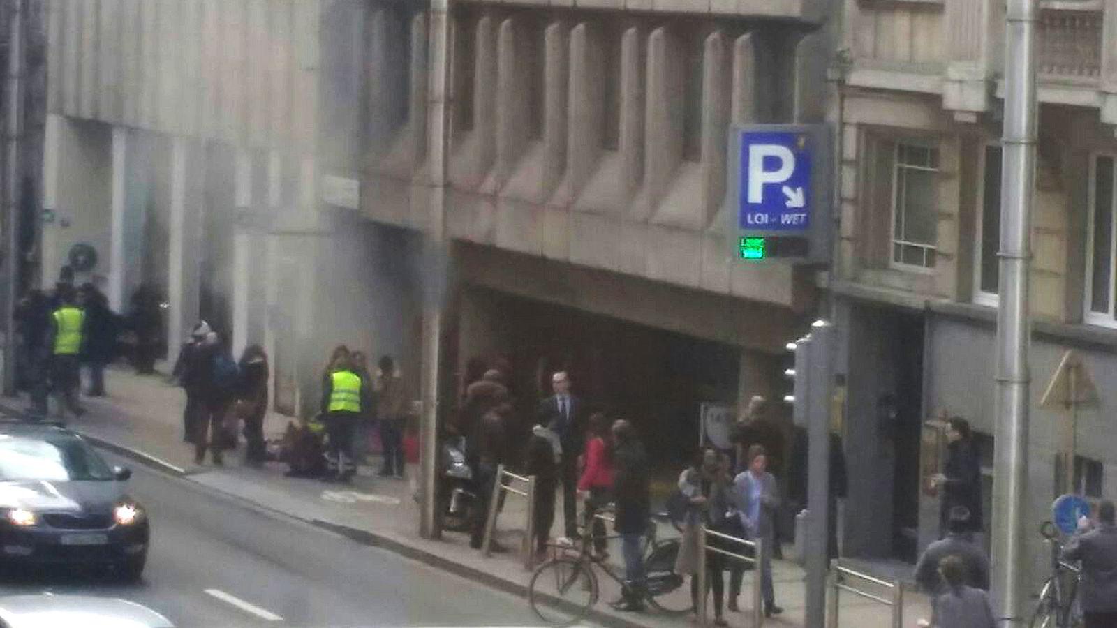 Røyk kommer opp fra undergrunnstasjonen Maalbeek i Brussel etter en eksplosjon tirsdag morgen. Foto: AFP / Belga / Seppe KNAPEN /NTB Scanpix